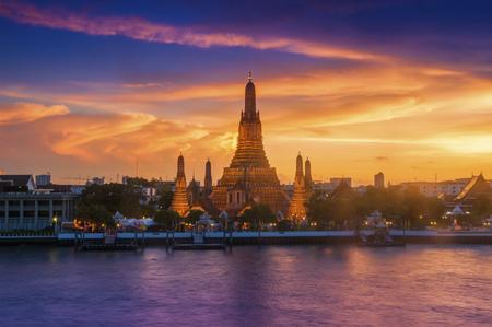 Wat Arun Chao Phraya River Sunset The sky is beautiful. Standard-Bild
