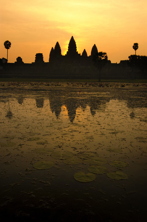 Angkor Wat Temple at Sunrise Beautiful water reflection. Stok Fotoğraf - 111359257
