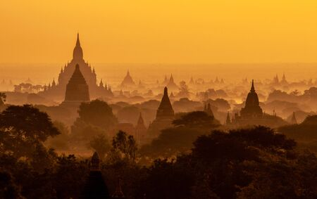 Amazing sunrise with the ancient architecture of a thousand Pagodas in Bagan Kingdom, Myanmar Stok Fotoğraf - 133463204