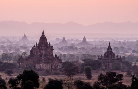 Amazing sunrise with the ancient architecture of a thousand Pagodas in Bagan Kingdom, Myanmar Stok Fotoğraf - 133463201