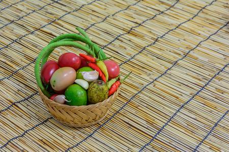materia prima: materia prima para hacer ensalada de papaya, alimentos tradici�n tailandesa Foto de archivo