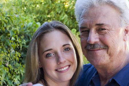 可愛い孫娘と誇りの祖父。