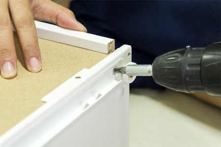 the assembly process of furniture with the screw driver 版權商用圖片 - 50140890