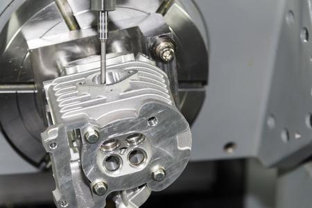 CNC Machine meerassige met voorbeeld werkstuk Stockfoto