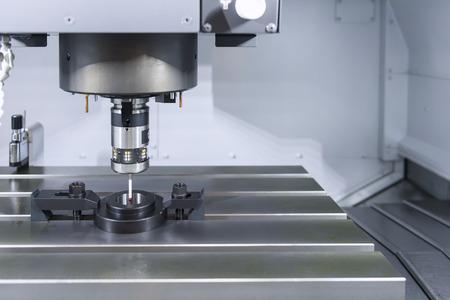 De meetsensor op de CNC-machine voor kalibratie. De CNC-machine tussen de kalibratie in het instelproces
