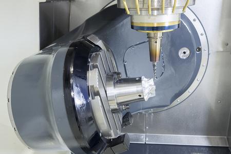 De 5-assige CNC machine tijdens het snijden van het monster deel van turbine.The spil van 5-assige CNC-bewerkingscentrum witte scherpe turbine monster deel. Stockfoto
