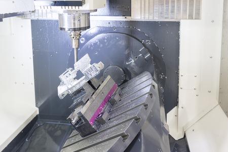 Die 5-Achs-CNC-Maschine, während die Probe Teil Flugzeugs Spindel 5-Achsen-CNC-Bearbeitungszentrum Schneiden während Turbine Musterteil von Flugzeugen zu schneiden. Standard-Bild
