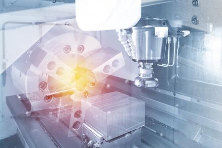 Abstracte scène van het gereedschap voor het vlakfrezen met het stuk grondstof op de CNC-freesmachine en het verlichtingseffect. Stockfoto