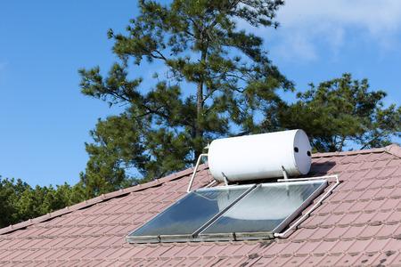 De warmwaterverwarming op het dak van het huis