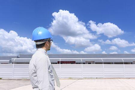topografo: The engineer man looking  at the factory building Foto de archivo