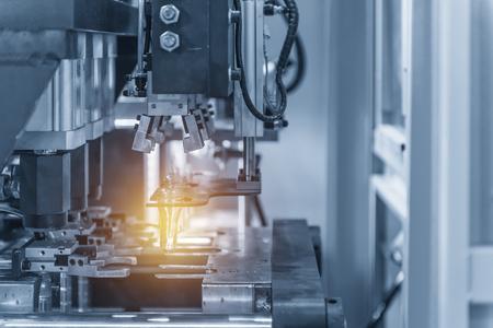 De werking van PET-flessenblaasmachine in lichtblauwe scène met lichteffect