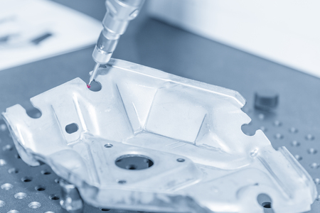 De meervoudige meetmeter voor het meten van het monsterpersdeel op de CMM-machine met de lichtblauwe scène