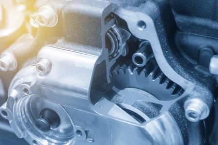 De motor versnellingsbak in dwarsdoorsnede toont in lichtblauwe scène met verlichtingseffect Stockfoto