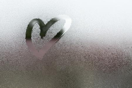 Teken het hart op damp bij het glas Stockfoto