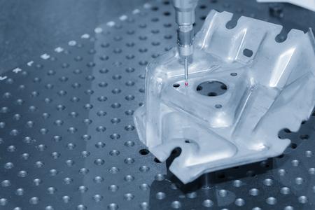 De meetsensor voor het meten van het monsterdeel op de CNC-machine met de lichtblauwe scene. Het kwaliteitscontrolesysteem in CNC-concept