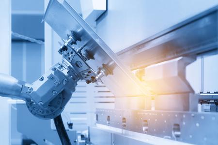 El brazo robótico automático para la chapa que forma la fábrica. Industrial 4.0 concept.Modern tecnología para la fabricación