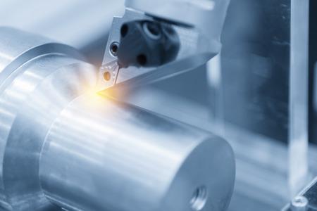 CNC 선반 기계 (터 닝 머신) 알루미늄 나사 스레드를 절단하는 동안. 높은 정밀도 CNC 머시닝 개념입니다.