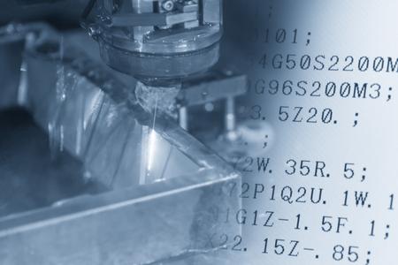 Close-up van de draad - EDM-CNC-machine die de steekproef het werkstukken en de NC-programmadata in lichtblauwe toon snijdt. Het concept van de hi-technologie productie.