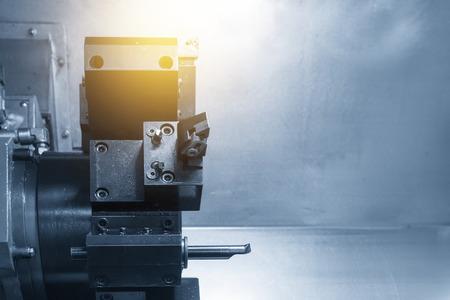 CNC-Drehmaschine / Drehmaschine mit dem Schneidwerkzeug Hochpräzises CNC-Bearbeitungskonzept. Standard-Bild - 81018949