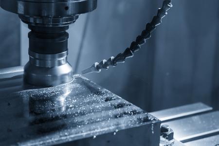 라이트 블루 장면에서 인덱스 가능한 공구로 원료를 절단하는 CNC 밀링 기계. 조명 효과가있는 CNC 기계의 거친 커터 스톡 콘텐츠 - 83265307