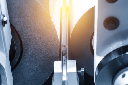 Close-up van de malende machine. Zijn precisie vervaardigingsconcept.