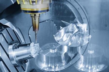 De abstracte scène van 5-assig CNC-bewerkingscentrum dat het turbinedeel snijdt. De fabricage van het ruimtevaartgedeelte.