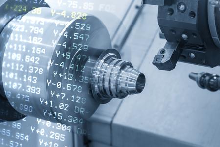 La escena abstracta de la máquina de torno CNC con el fondo de datos NC La máquina de torneado que corta la parte de forma de cono de metal. Concepto de mecanizado CNC de alta precisión. Foto de archivo
