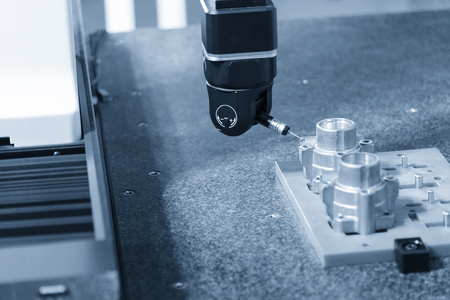 The multi-axis coordinate Measuring Machine, CMM prob measures the work piece. Banque d'images