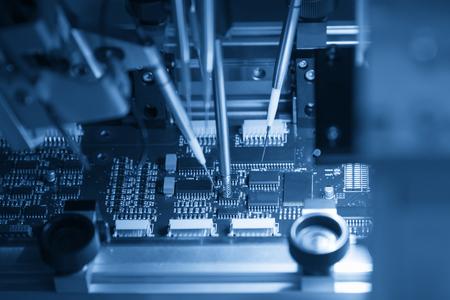 O processo de linha de montagem de placa de micro processador. Processo de fabricação de placa de computador.