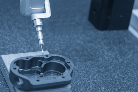 The multi-axis coordinate Measuring Machine, CMM prob measures the work piece. Stockfoto