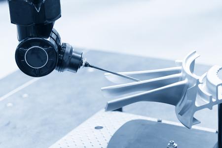 Wieloosiowa współrzędnościowa maszyna pomiarowa CMM prob mierzy obrabiany przedmiot.