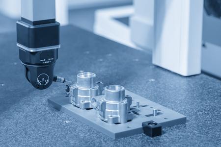 The multi-axis CMM machine measure the aluminum automotive part . Stockfoto