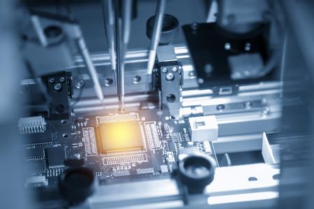 Der Mikrochip auf der Hauptplatine im Fließband in der hellblauen Szene mit Lichteffekt, Computerteil-Herstellungskonzept.
