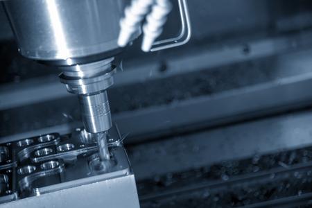 Die CNC-Fräsmaschine schneidet das Metallspritzgussteil mit dem massiven quadratischen Schaftfräser. Hochtechnologischer Formenbau.