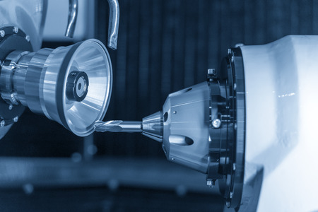 Maschinensteuerung für Schneidwerkzeuge durch CNC-Programm. Der Herstellungsprozess des CNC-Hartmetall-Schneidwerkzeugs durch eine Schleifmaschine.