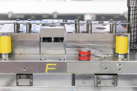 La vista lateral de la estampación progresiva. Proceso de fabricación de chapa de alta tecnología.