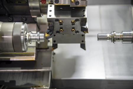 Die Multifunktions-CNC-Drehmaschine oder Drehmaschine schneidet die Stahlstange. Hochtechnologischer Herstellungsprozess. Standard-Bild