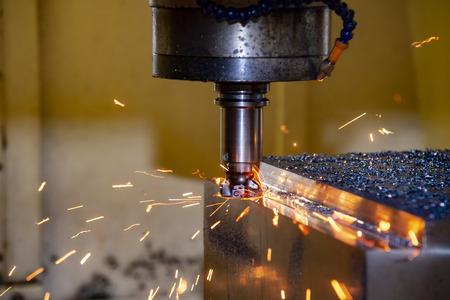 De CNC-freesmachine die het matrijsdeel in het voorbewerkingsproces snijdt met het brandende schip. Gereedschapsslijtage tussen het snijden.