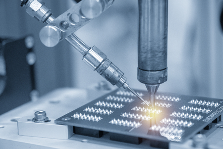 전자 기판을 이용한 납땜 로봇 작업. 전자 회로 기판 제조 공정.