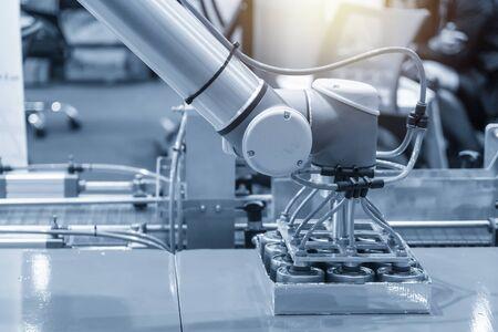 공장에서 식품 포장 공정을 위한 로봇 팔. 식품 공장의 로봇에 의한 인더스트리 4.0 개념.