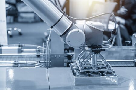 El brazo robótico para el proceso de envasado de alimentos en fábrica. El concepto de industria 4.0 por robótica en la fábrica de alimentos.