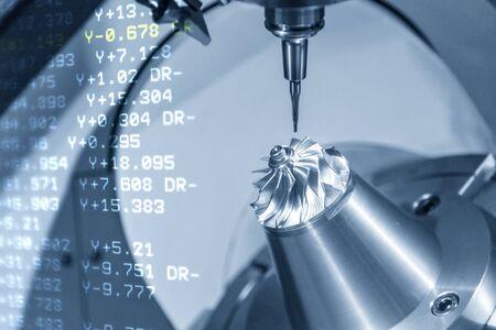 La escena abstracta de la máquina CNC de 5 ejes y el fondo de datos de código NC. El proceso de fabricación de piezas de automoción mediante centro de mecanizado de 5 ejes.