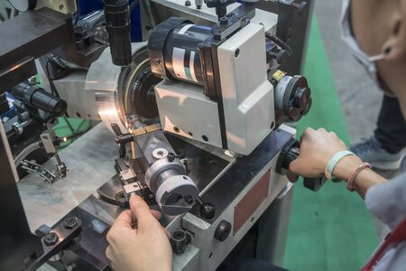 The tool grinding machine by skill operator .The precision CNC tool grinding machine . Banco de Imagens