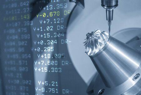 La scène abstraite de la fraiseuse CNC à 5 axes avec l'arrière-plan des données NC. Le centre d'usinage à 5 axes coupant les pièces automobiles avec des outils de fraisage à billes solides.