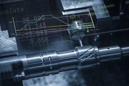 Die abstrakte Szene der CNC-Drehmaschine mit dem Diagrammhintergrund. Die Dreh-Fräsmaschine schneidet die Metallwellenteile mit dem Fräsrevolver.