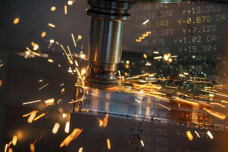 De CNC-freesmachine die de smeedvormdelen ruw snijdt door middel van indexeerbare radiusfreesgereedschappen met een slechte snijconditie. De brandende snijchip vormt een ruw snijproces op het bewerkingscentrum;