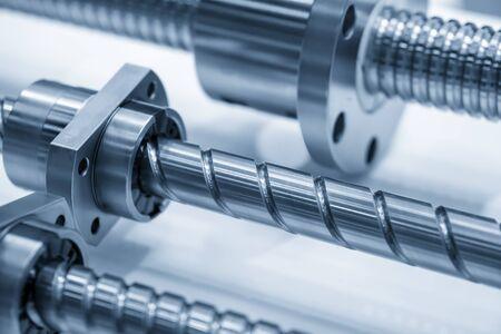 Gros plan sur la scène des pièces de rechange des vis à billes de la machine CNC avec l'ensemble roulement à billes. Le processus de fabrication de pièces de rechange pour fraiseuses CNC.