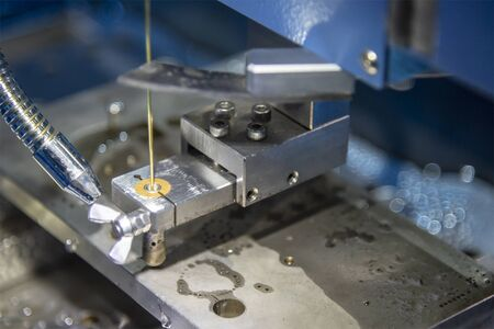 Die Superbohrmaschine bohrt das kleine Loch für die Drahterodiermaschine. Der Formen- und Werkzeugherstellungsprozess durch Drahtschneidemaschinensteuerung durch CNC-Programm.
