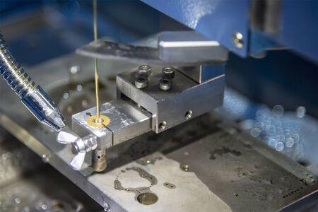 La súper taladradora perfora el orificio pequeño para la máquina de electroerosión por hilo. El proceso de fabricación de moldes y matrices mediante el control de la máquina de corte de alambre mediante un programa CNC.