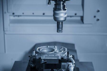 La finitura della fresatrice CNC ha tagliato le parti in fusione di alluminio mediante strumenti di fresatura a candela indexabili. Il processo di produzione di componenti automobilistici tramite centro di lavoro con gli utensili per frese piatte.
